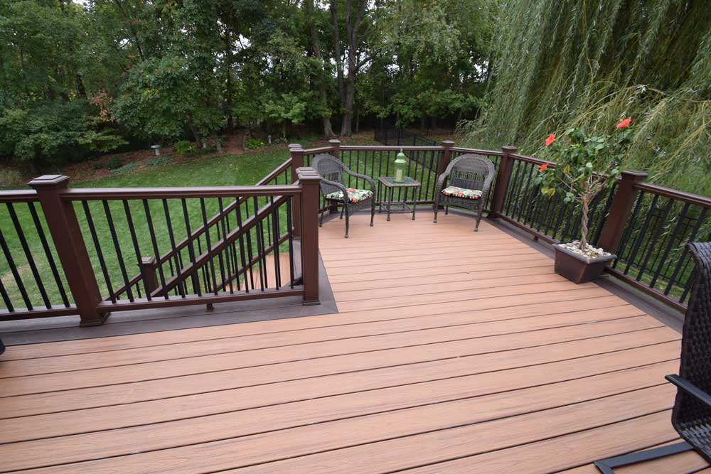 Trex Transcends Tiki Torch deck with Trex White Curved rail, St Louis